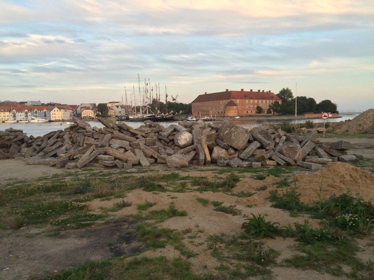 IMG_2534 - Sten til formidlingsrevet - på femåren med slottet i baggrunden